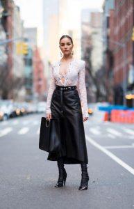 συνδυασμός με δαντέλα και δερμάτινη φούστα