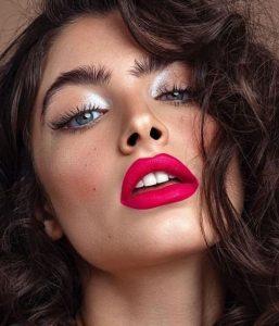 μακιγιάζ για ασπρόμαυρο σύνολο με ροζ χείλη