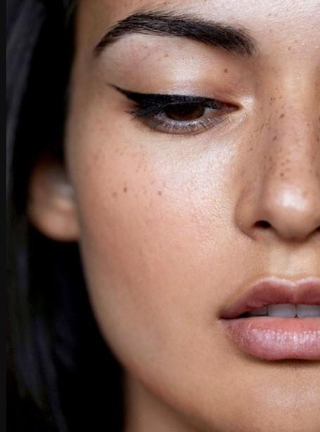 έντονη γραμμή eyeliner