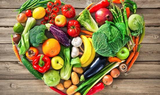 Φρούτα και λαχανικά σε καρδιά