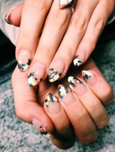 γαλλικό στα νύχια με φλοράλ σχέδια