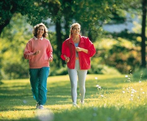 Γυναίκες περπατάνε σε δάσος