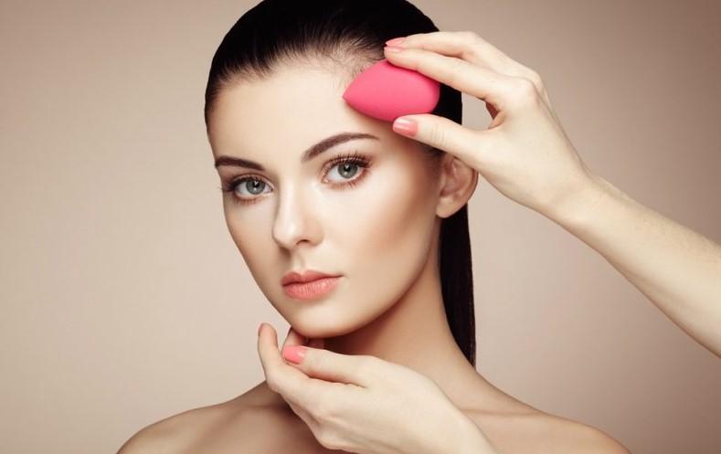 γυναίκα με εργαλείο του μακιγιάζ σφουγγαράκι beauty blender