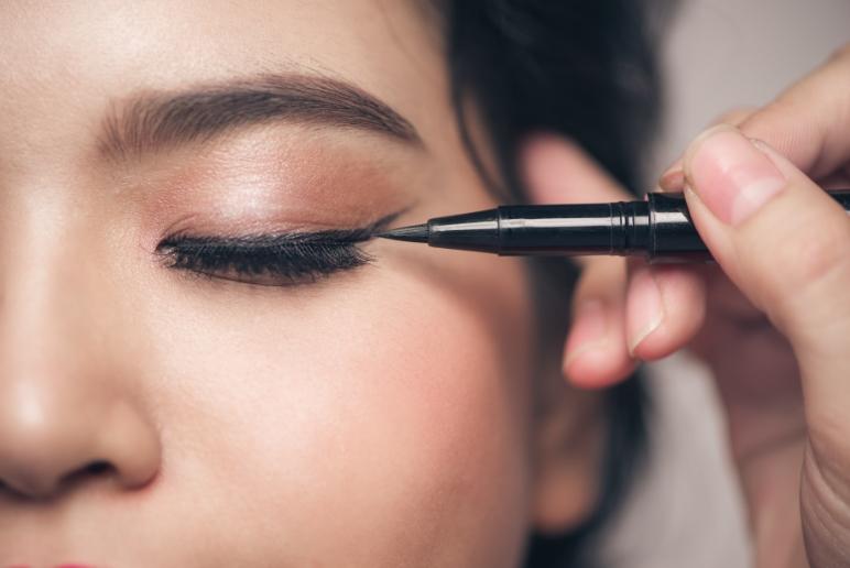 γυναίκα βάζει eyeliner