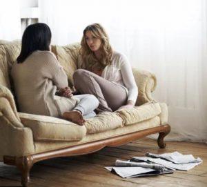 γυναίκες καθισμένες σε καναπέ