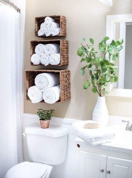 καλάθια κρεμασμένα στον τοίχο πετσέτες tips οργάνωσης μπάνιο
