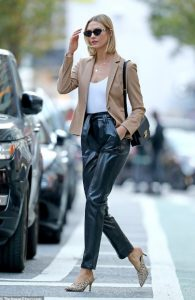 σικάτοι συνδυασμοί μοντέλου με δερμάτινο παντελόνι