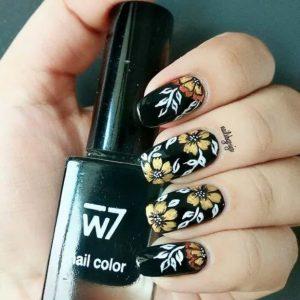μαύρα νύχια με κίτρινα φλοράλ σχέδια
