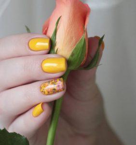κίτρινα νύχια με φλοράλ σχέδια