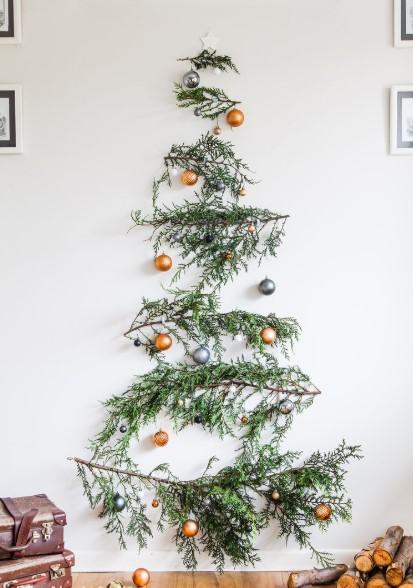 κλαδιά δέντρου κρεμασμένες μπάλες στον τοίχο