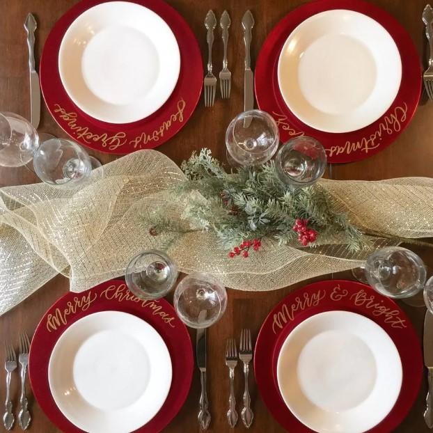 κόκκινα πιάτα πράσινο διακοσμητικό γιορτινό τραπέζι