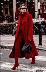 κόκκινα ρούχα μαύρη τσάντα κόκκινο Χριστούγεννα
