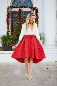 κόκκινη φούστα σε Α γραμμή και μάλλινο λευκό πουλόβερ