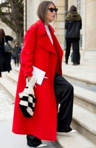κόκκινο μακρύ παλτό μαύρο παντελόνι