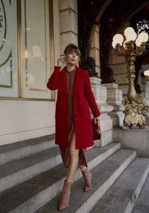 κόκκινο παλτό καφέ πουά φόρεμα κόκκινο Χριστούγεννα