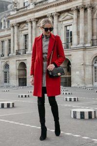 κόκκινο παλτό μαύρες μπότες