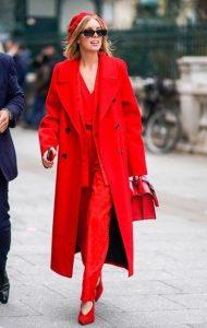 κόκκινο παντελόνι γόβες μπλούζα παλτό μπερές