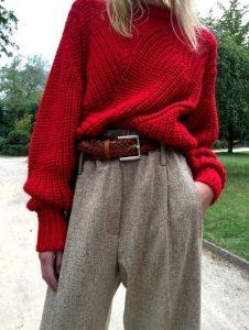 κόκκινο πουλόβερ γκρι παντελόνι φαρδύ