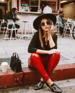 κόκκινο βινύλ κολάν μαύρο μπλουζάκι