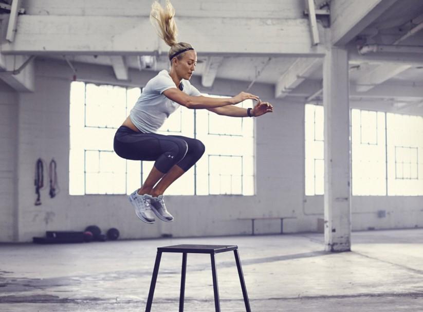 κοπέλα κάνει άλμα σε σκαμπό box jumps ασκήσεις σύσφιξης