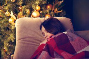 κοπέλα κοιμάται χριστουγεννιάτικο δέντρο