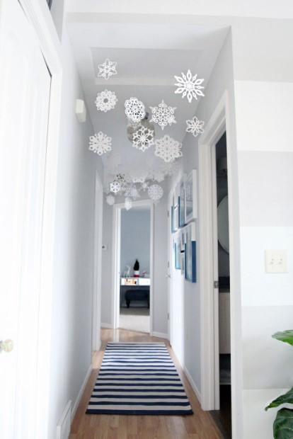 κρεμασμένες άσπρες νιφάδες χιονιού