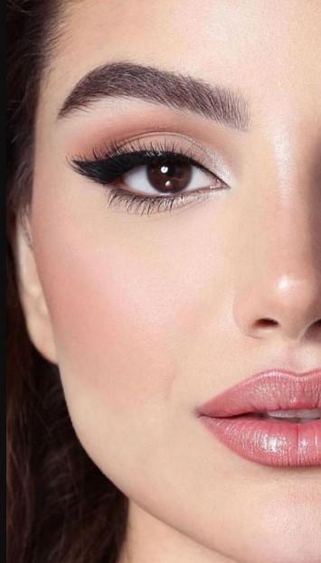 μακιγιάζ με eyeliner και έντονες βλεφαρίδες