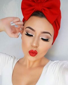 μακιγιάζ για ρεβεγιόν ασημένιο eyeliner κόκκινα χείλια