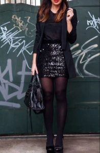 μαύρη μπλούζα με μαύρη φούστα και μαύρο σακάκι