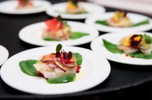 πιάτο με μικρή μερίδα ψάρι λαχανικά