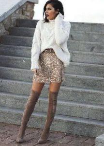 μίνι φούστα με παγιέτα άσπρο πουλόβερ over the knee μπεζ μπότα φούστα παγιέτα Χριστούγεννα