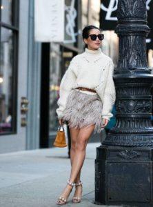 μίνι μπεζ φούστα με φτερά πουλόβερ άσπρο outfits φτερά Χριστούγεννα