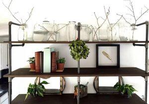 Διακόσμησε την βιβλιοθήκη σου με φύλλα τσαγιού ή κισσού, κλαδιά ή ακόμα και στεφάνι για να μεταφέρεις την γιορτινή και χαρούμενη αίσθηση, σε όλο το σπίτι.