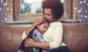 μητέρα αγκαλιά με το παιδί της