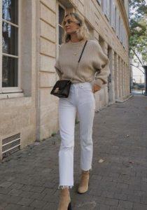 μπεζ πουλόβερ άσπρο παντελόνι
