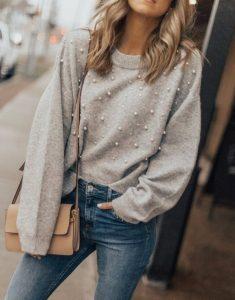 μπεζ πουλόβερ με πέρλες τζιν παντελόνι