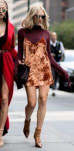 μίνι φόρεμα με μπλούζα από κάτω