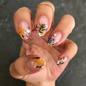 πολύχρωμα νύχια με λουλούδια