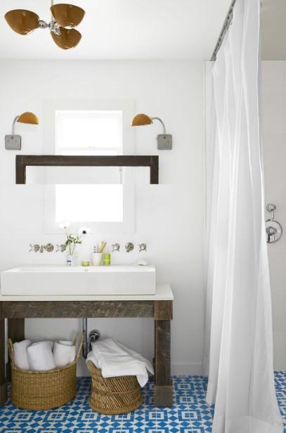 ψάθινα καλάθια κάτω από νιπτήρα μπάνιο