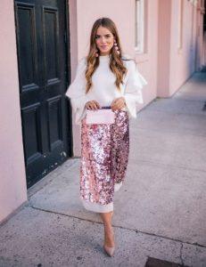 ροζ φούστα λαμπερή άσπρο πουκάμισο