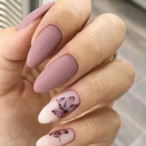μωβ νύχια με λουλούδια