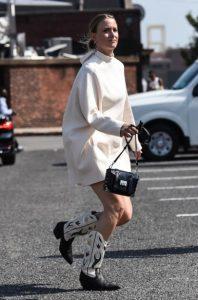 καουμπόικες μπότες με λευκό συνδυασμό ρούχων