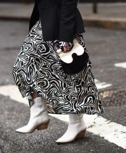 φούστα με σχέδια και καουμπόικες μπότες