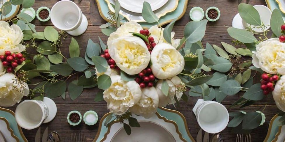 τραπέζι με παιώνια γιορτινό τραπέζι