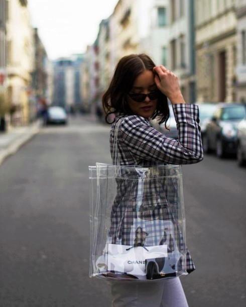τσάντα με διαφάνεια καρό σακάκι τάσεις αποχαιρετάμε 2020