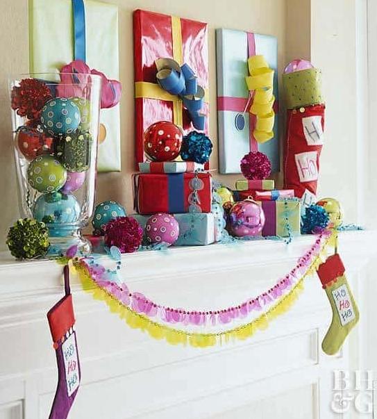 τυλιγμένοι καθρέπτες και πίνακες σαν δώρα χριστουγεννιάτικη διακόσμηση λίγα χρήματα