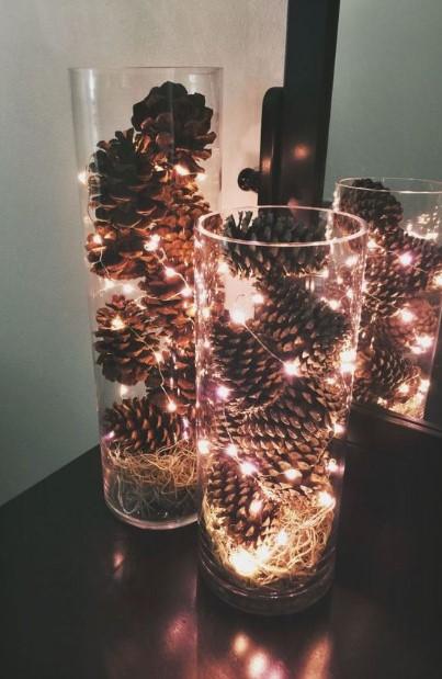 βάζα με κουκουνάρια και λαμπάκια χριστουγεννιάτικη διακόσμηση λίγα χρήματα