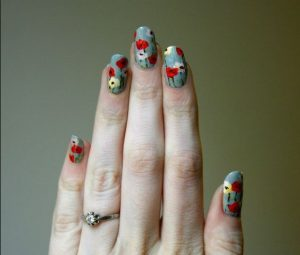 χρωματιστά νύχια με φλοράλ σχέδια