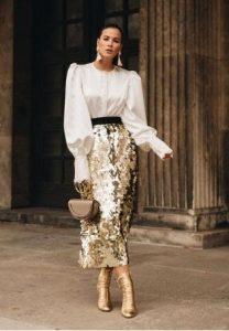 χρυσή φούστα λαμπερή με άσπρο πουκάμισο