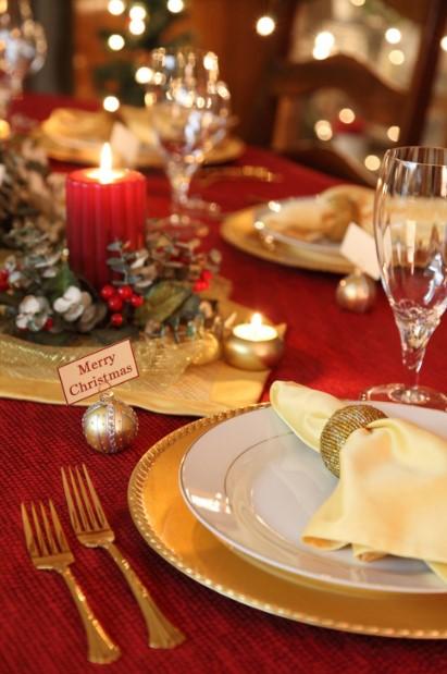 χρυσό κόκκινο στολισμένο τραπέζι γιορτινό τραπέζι